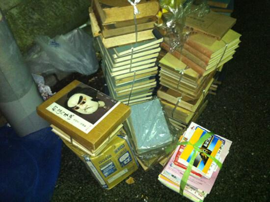 悲しい場面の捨てられた紙の本